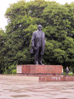 first Lenin statue